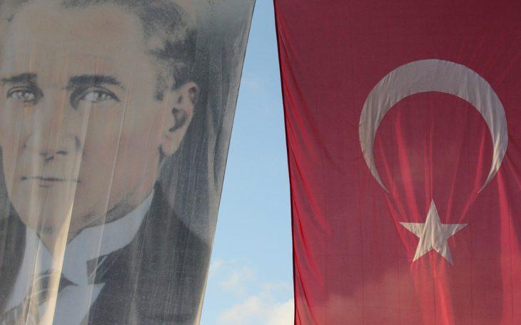 Flaga z podobizną Ataturka. Fot. by Alpenny / Flickr-CC