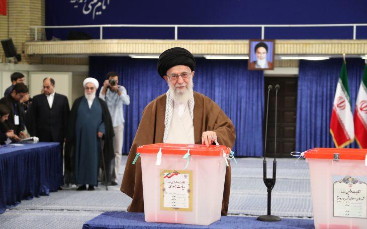 Przywódca Iranu, Ali Chamenei podczas głosowania. Fot. Leader.ir - CC