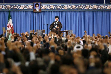 Przywódca Iranu, Ali Chamenei podczas spotkania z pracownikami wywiadu. Fot. Leader.ir - CC