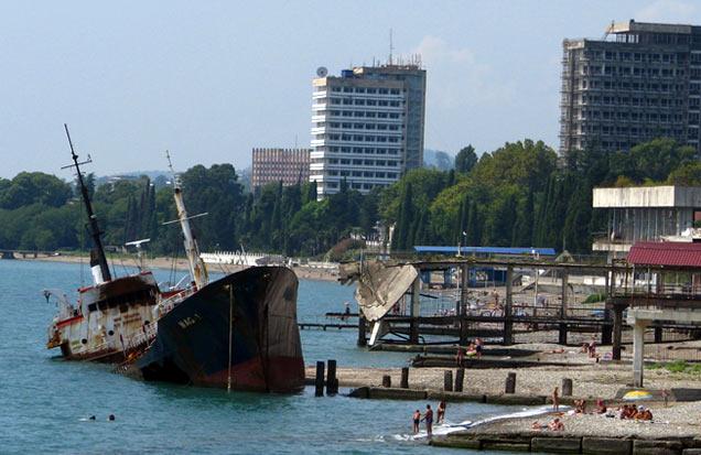 Abchaskie plaże nie grzeszą wysokim standardem. Na zdjęciu – nabrzeże w Suchumi (fot. W. Ganczarek)