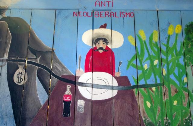 """Mural na drewnianym budynku zarządu zapatystów (""""Oficina de buen gobierno"""") w separatystycznej osadzie Roberto Barrios, niedaleko Palenque. (fot. W.Ganczarek)"""