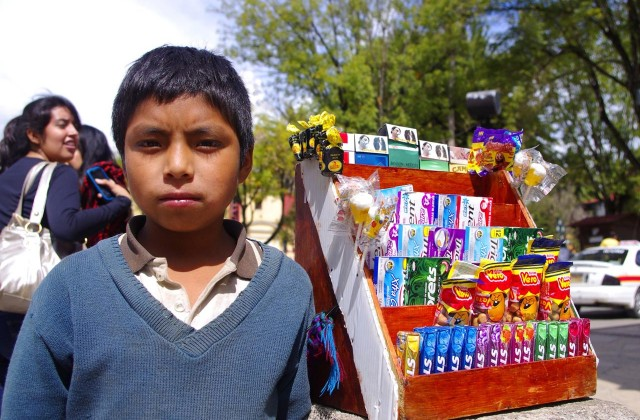 Sebastian ma osiem lat (…). Pracuje codziennie. W niedzielę i święta po 10 godzin. W tygodniu mniej, bo chodzi też do szkoły. Gdy ma czas wolny, lubi grać w piłkę nożną. (fot. W.Ganczarek)