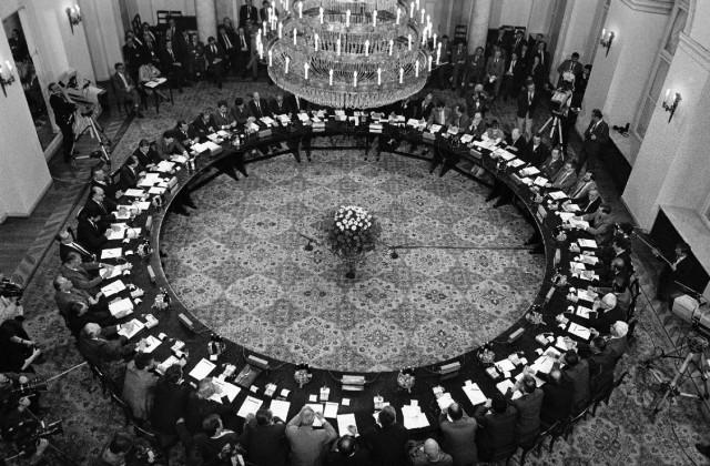 Okrągły stół - foto:Erazm Ciołek/©A.Ciołek. Zdjęcie ww jest dostępne z odpowiednia adnotacją prawną na stronie autora Erazma Ciołka www.erazm.art.pl