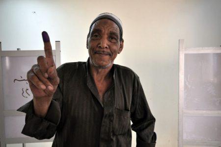 Mężczyzna głosujący w Egipcie (fot. Jonathan Rashad / Flickr - CC, 2012)