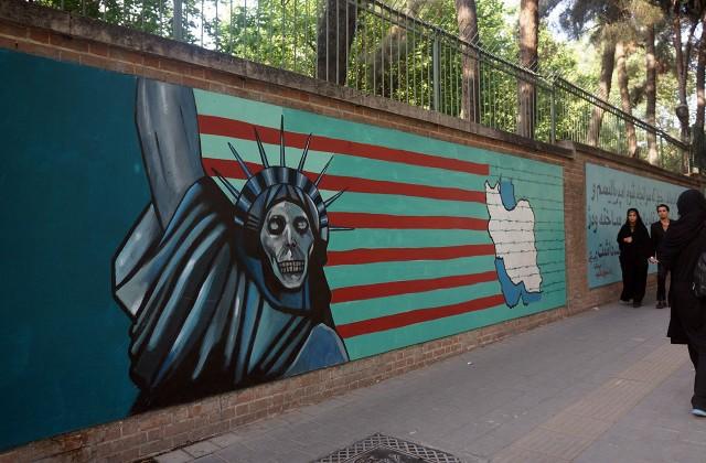 Mur b. ambasady USA w Iranie (fot. Szymon Springer)