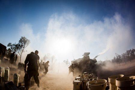 Ostrzał Strefy Gazy przez izraelską artyleriępodczas operacji Protective Edge (fot. Israel Defense Forces / Flickr - CC)