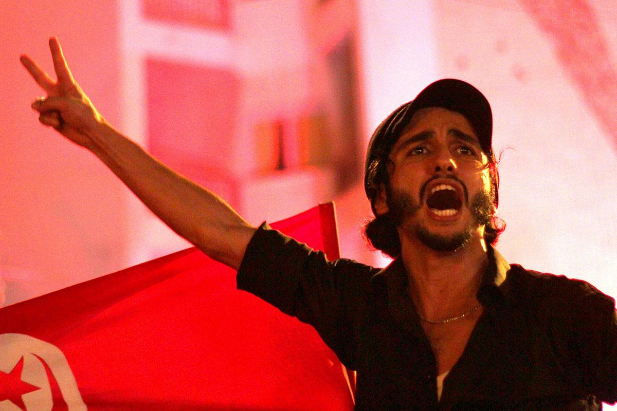 Fot. Protesty w Tunezji - arabska wiosna - protestant w geście zwycięstwaAmine Ghraibi / Flickr / CC