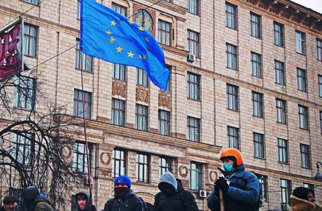 Na barykadach pojawiają się też flagi unijne. Pomimo, że protest ma obecnie już wymiar przede wszystkim antyrządowy to wciąż podkreślane są proeuropejskie aspiracje społeczeństwa ukraińskiego. Fot. Jakub Wojas