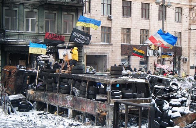 Barykady na ulicy Hruszewskiego to najlepiej zabezpieczone miejsce na całym obszarze zajętym przez demonstrantów. Codziennie stamtąd wyrusza procesja