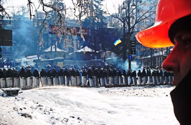 Stanowisko Berkutu na ulicy Hruszewskiego. Każdego dnia na przeciwko barykad protestujących staje kilkudziesięciu funkcjonariuszy specjalnych oddziałów ukraińskiej milicji broniących dostępu do budynków najważniejszych instytucji państwowych i gotowych zarazem w każdej chwili do szturmu pozycji demonstrantów.