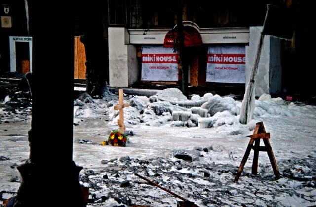Miejsce śmierci jednego z demonstrantów postrzelonego przez snajpera na ulicy Hruszewskiego. Protestujący starają sie upamiętnić każde z takich miejsc. Na obszarze Euromajdanu wystawione na pokaz są także znalezione łuski po ostrej amunicji.