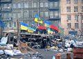 Pierwsza barykada demonstrantów na ulicy Hruszewskiego, najbliżej pozycji Berkutu. Widoczne flagi UPA przewijają się na całym Euromajdanie, nie dominują one jednak w krajobrazie obszaru zajętego przez demonstrantów. Fot. Jakub Wojas