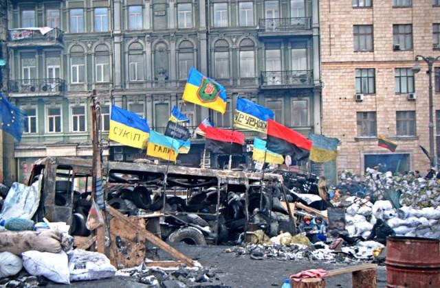 Pierwsza barykada demonstrantów na ulicy Hruszewskiego, najbliżej pozycji Brekutu. Widoczne flagi UPA, przewijają się na całym Euromajdanie, nie dominują one jednak w krajobrazie obszaru zajętego przez demonstrantów. <br> Fot. Jakub Wojas