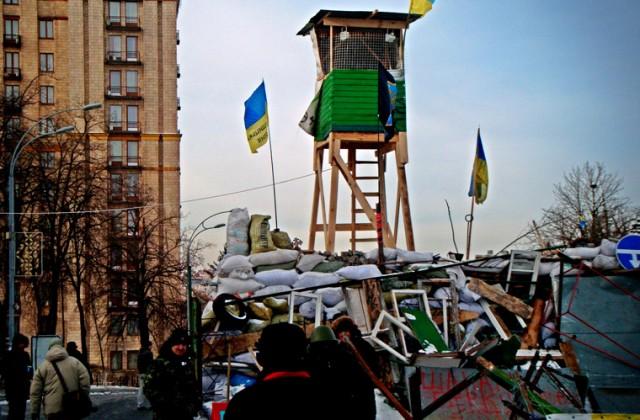 Wieża strażnicza na barykadzie na ulicy Instytuckiej. Paradoksalnie, pierwsze takie