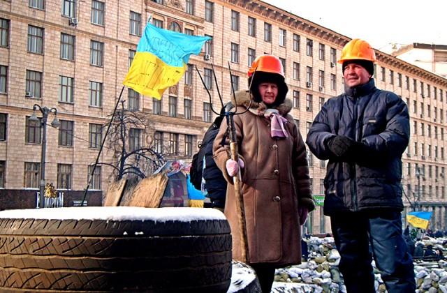Na barykadach można spotkać cały przekrój społeczeństwa ukraińskiego. Nie rzadko na wartach stają obok siebie pracownicy naukowi jak i ludzie słabo wykształceni. Jak sami mówią, łączy ich walka o wolność swojej ojczyzny. <BR> Fot. Jakub Wojas