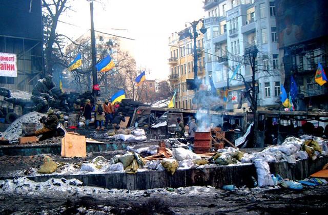 Strefa pomiędzy barykadami na ulicy Hruszewskiego. Nie jest to najprzyjemniejsze miejsce na Euromajadnie. Dookoła brud, nieprzyjemny swąd, porozrzucane kamienie i kawałki drutu.<BR>Fot. Jakub Wojas