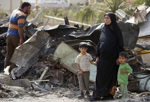 Irakijka z dziećmi na miejscu wybuchu samochodu-pułapki (Zdjęcie: Ahmad Al-Rubaye/AFP/Getty Images)Irakijka z dziećmi na miejscu wybuchu samochodu-pułapki (Zdjęcie: Ahmad Al-Rubaye/AFP/Getty Images)