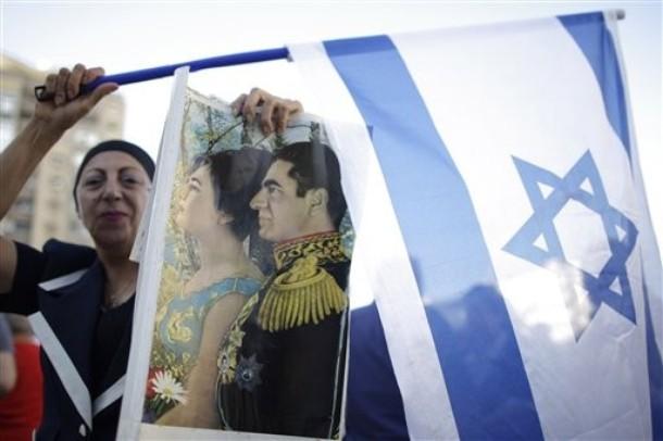 Izraelka irańskiego pochodzenia trzymająca w ręku flagę Izraela i portret Mohammeda Rezy Pahlawiego, ostatniego szaha Iranu - Tel Awiw, 2009 (Zdjęcie: AP Photo/Ariel Schalit)