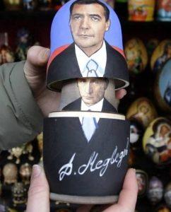 Matrioszka z podobiznami Dmitrija Miedwiediewa i Wladymira Putina (dyplomacjafm.blox.pl)