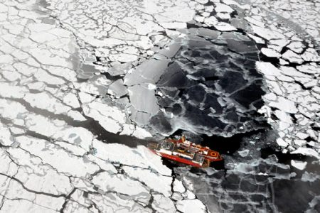 Rywalizacja o surowce arktyczne nabiera tempa (fot. Dr. Pablo Clemente-Colon, Chief Scientist National Ice Center, Flickr)