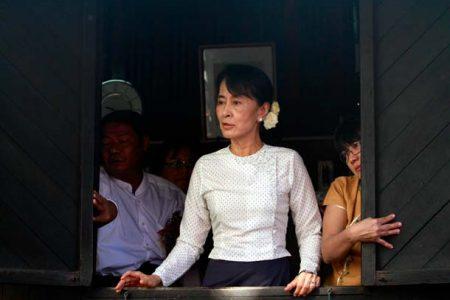 Aung San Suu Kyi podczas przemowy (Htoo Tay Zar/Wikimedia Commons)