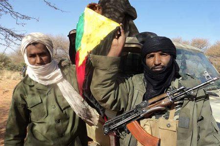 Tuarescy rebelianci z Mali trzymający flagę Azawadu (Magharebia/Flickr)