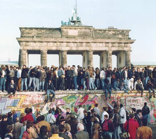 Mur berliński (Źródło: Encyclopedia Brittanica/AP Photo)
