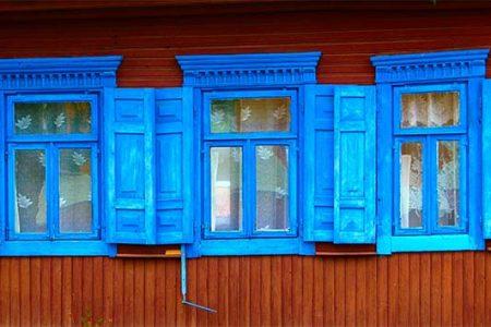 Kolorowe okiennice białoruskiego domu. Dom, jak większość na Białorusi, jest drewniany, więc zimą nieco chłodno. Fot. W.Ganczarek