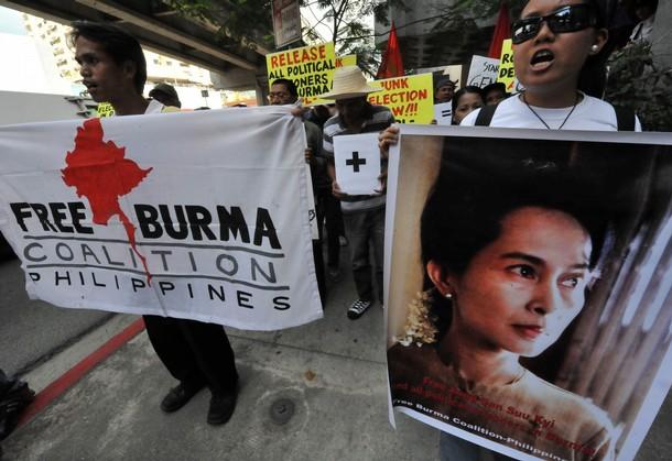 Protest przeciwko wyborom przed ambasadą Birmy w Manili (Filipiny). Demonstranci niosą m.in. zdjęcia ikony birmańskiego ruchu demokratycznego, Aung San Suu Kyi (Zdjęcie: Ted Aljibe/AFP/Getty Images)