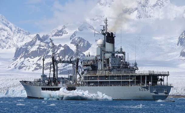 Brytyjski okręt zaopatrzeniowy Grey Rover zmierzający w kierunku jednej z wysp archipelagu Falklandów (Defence Images/Flickr)