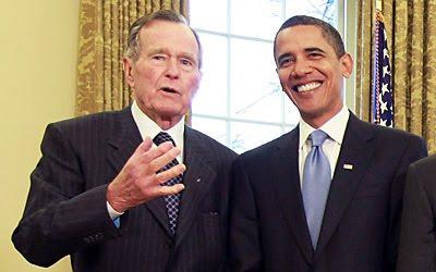 Dwaj prezydenci: były, George H.W. Bush (po lewej, prezydent w latach 1989-93), oraz obecny, Barack Obama (z prawej, prezydent od roku 2009), w Gabinecie Owalnym w Białym Domu (Zdjęcie: Daylife.com)