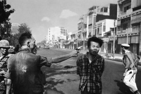 Egzekucja jeńca z Vietcongu (Eddie Adams/digitaljournalist.org)