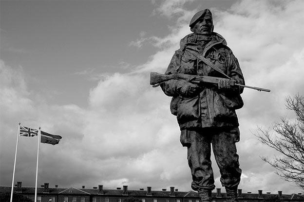 Pomnik brytyjskiego marine wzniesiony w hołdzie obrońcom Falklandów w wojnie z Argentyną, Portsmouth, UK (Flickr: Mr Mo-Fo)