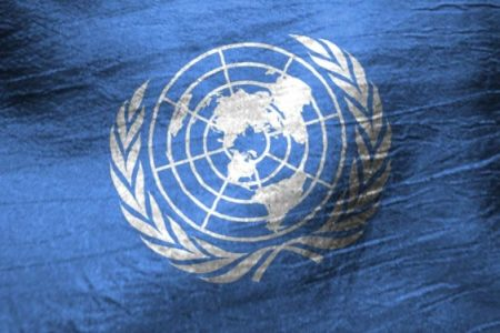 Flaga ONZ (politykaglobalna.pl)