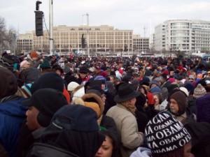 Zgromadzeni w National Mall ludzie słuchają wystąpienia nowego prezydenta - Baracka Obamy