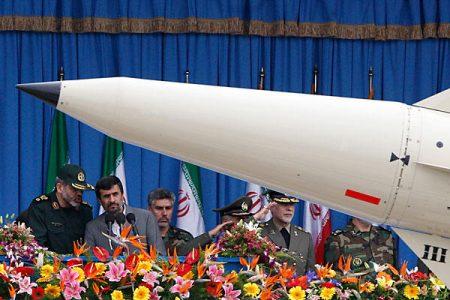 Mahmud Ahmadineżad na paradzie wojskowej (rok 2010) (Źródło: CSMonitor/Vahid Salemi/AP)