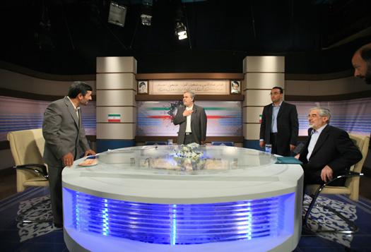 Ahmadineżad (z lewej) i Musawi (z prawej) w studiu telewizyjnym przed debatą