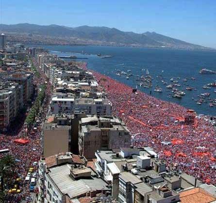 Demonstranci w Izmirze na bulwarze Kordon