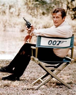 Roger Moore na planie jednego z filmów z serii o Jamesie Bondzie