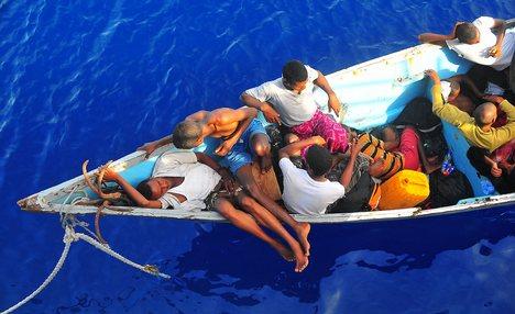 Uchodźcy z Somalii i Etiopii na niewielkich łodziach starają się dotrzeć do Jemenu (źródło: wn.com)