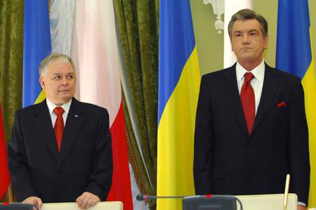 Kijów, Ukraina - 06.12.2007. Prezydenci: Polski L. Kaczyński (L) i Ukrainy W. Juszczenko (P) na wspólnej konferencji prasowej w Kijowie. (Zdjęcie: AFP/Gover.pl)