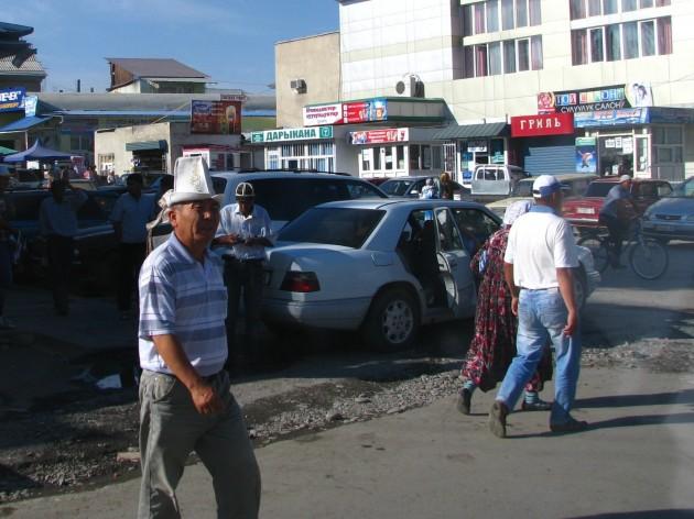 Okolice bazaru w Uzgen: na pierwszym planie Kirgiz w kalpaku (fot. W. Ganczarek)