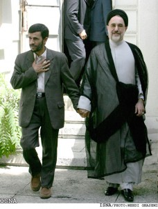 Mahmud Ahmadinedżad (z lewej) i Mohammad Chatami (z prawej) po zaprzysiężeniu tego pierwszego na presydenta Iranu