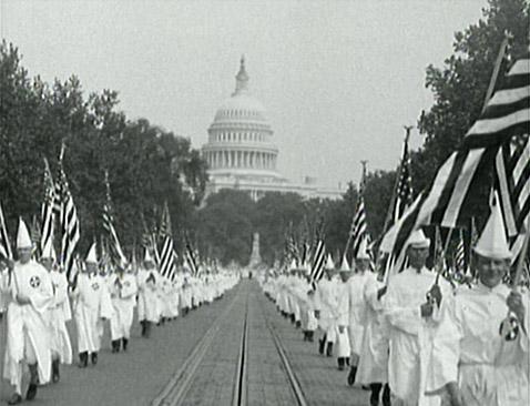 USA mają - niestety - długą tradycję segregacji rasowej. Na zdjęciu marsz rasistowskiej organizacji Ku Klux Klan w Waszyngtonie w roku 1925. (Źródło: interwaryears.8m.net)