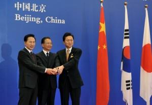Spotkanie w Pekinie. Od lewej: prezydent Korei Południowej - Lee Myung-bak, prezydent Chin - Hu Jintao oraz premier Japonii - Yukio Hatoyama