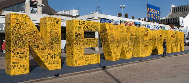 Monument upamiętniający dzień uzyskania niepodległości, Prisztina, Kosowo (fot. AMWRanes, Flickr, CC)