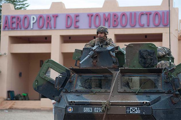Francuscy żołnierze nieopodal lotniska w Timbuktu (fot. ECPAD/defense.gouv.fr)