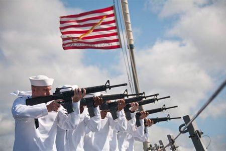 Salwa honorowa na jednym ze statków US Navy (U.S. Navy photo by Mass Communication Specialist 2nd Class Mark Logico)