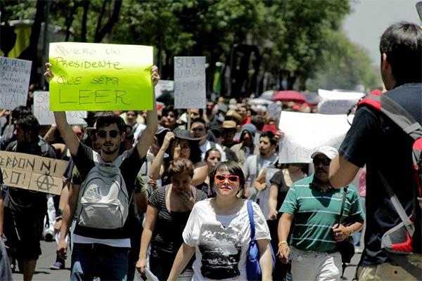 """""""Chcę prezydenta, który potrafi czytać"""" - żąda na transparencie jeden z jego przeciwników (Zdjęcie: Rodrigo Moctezuma Araoz)"""