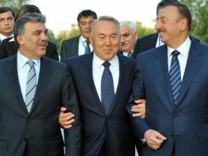Od lewej: Abdullah Gul (prezydent Turcji), Nursułtan Nazarbajew (prezydent Kazachstanu) oraz Ilham Alijew (prezydent Azerbejdżanu). Źródło: Sabah